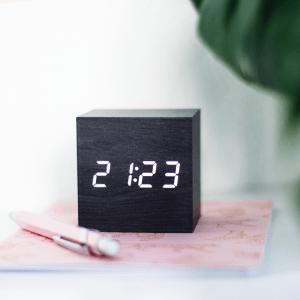 Sfeerfoto zwarte Kubo alarm klok van Balvi